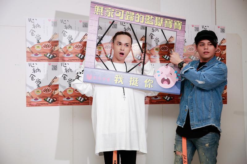 胡睿兒(左)做勢將臉放進監獄柵欄中,顯得很諷刺。