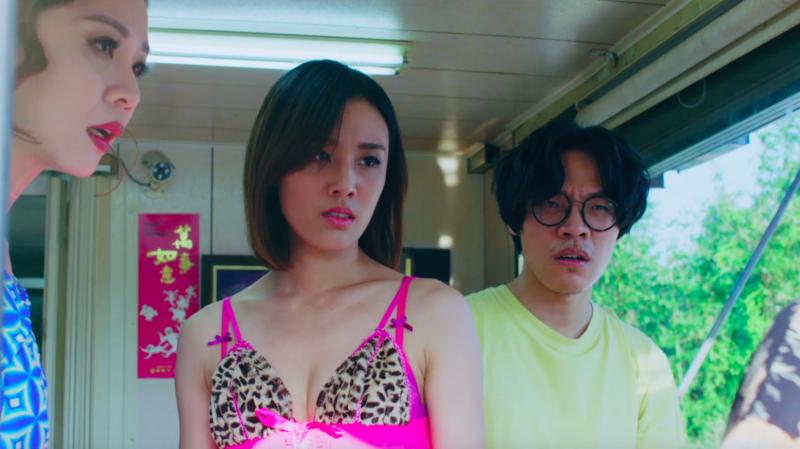 劇場女神謝盈萱(左)為《花甲》勤練台語扮檳榔西施。