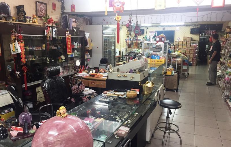 專營食品買賣的印尼商店,實則用合法掩護非法。