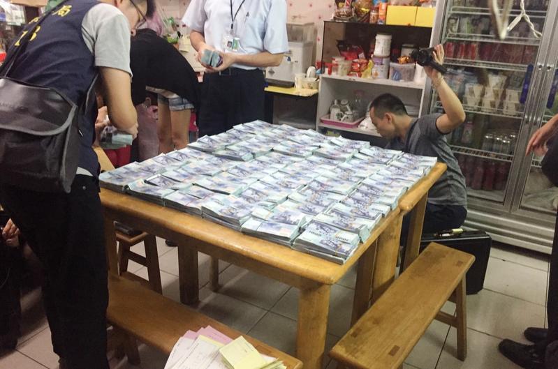 警方在吳嫌的店內找到大量匯款,也在機場找到要出境的吳嫌。
