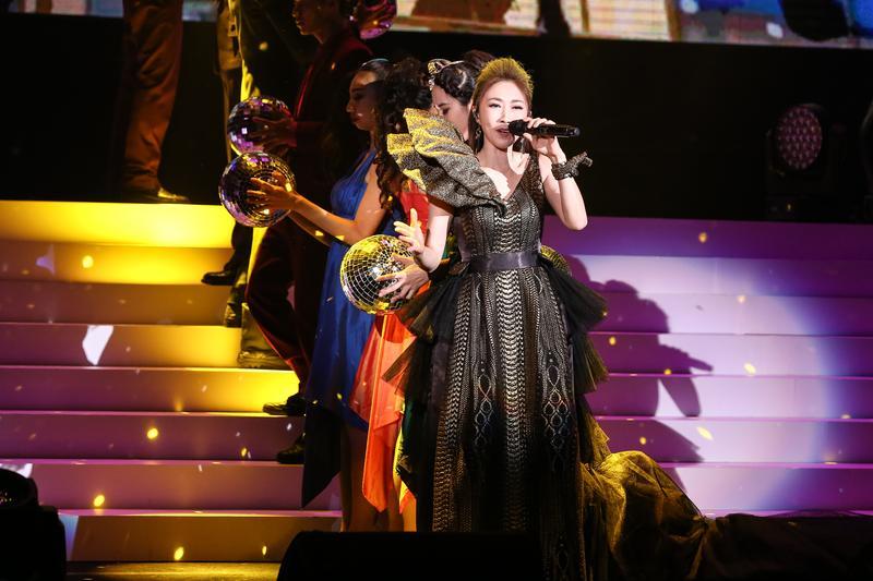 這次4套演唱會華服由服裝設計師潘怡良量身打造。