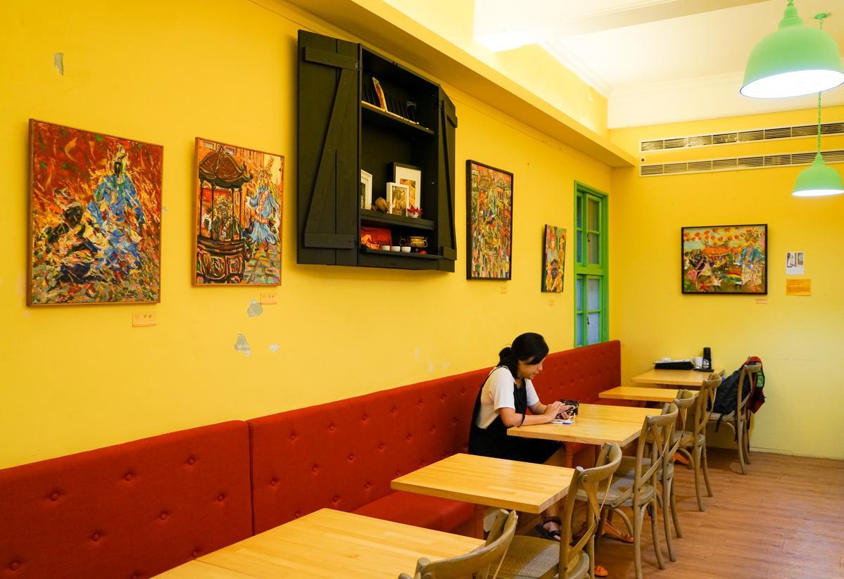 「甜心咖啡」展出在地畫家施正文筆下的七爺八爺。