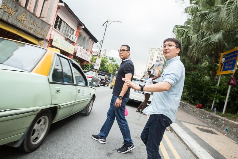 全宇生技董事長彭士豪(右),年紀輕輕就在異鄉馬來亞打拚20多年,練就一身說話本領。
