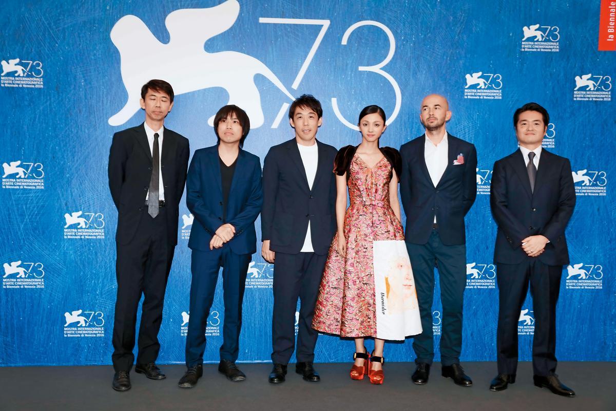 出版10年未被影像化的《愚行錄》,名編劇向井康介(左一)改編後,才由導演石川慶(左二)拍成電影。右三為女主角滿島光。(東方IC)