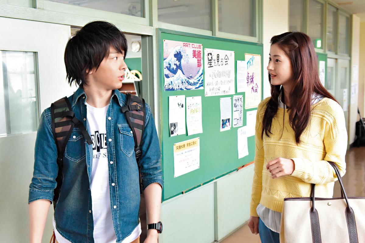 《愚行錄》重心放在受害人夏原(右,松本若菜飾演)的大學時代。左為飾演她同學的中村倫也。(絕色提供)