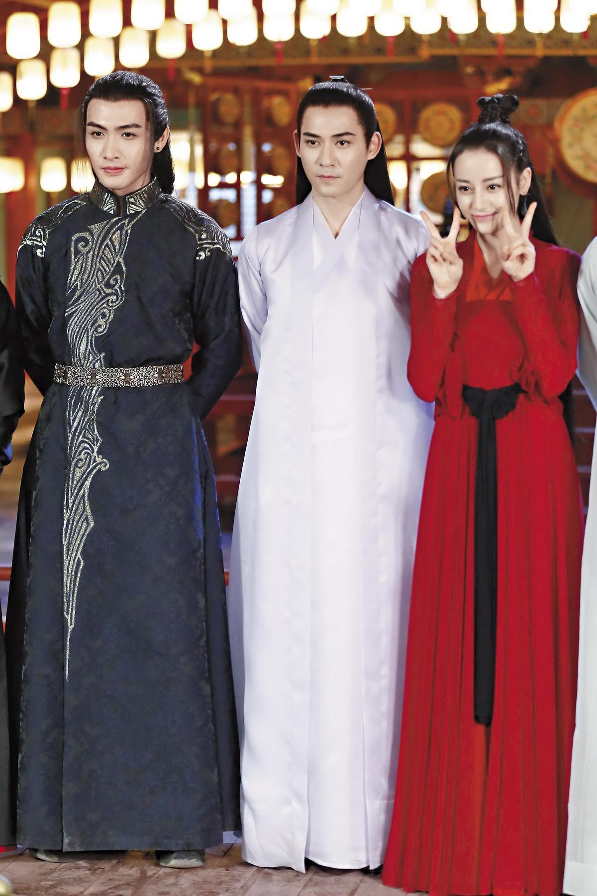 與仔仔(中)同劇演出的迪麗熱巴(右)和張彬彬(左)也都曾在《三生三世十里桃花》中演出。(東方IC)