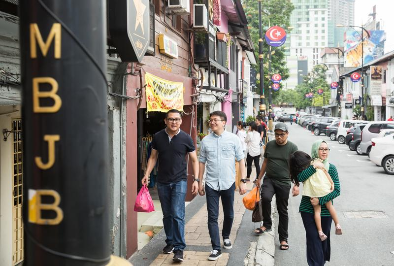 全宇生技董事長彭士豪(左二),30歲不到就在異鄉馬來西亞創業,接觸各國客戶和員工,培養看人技巧。