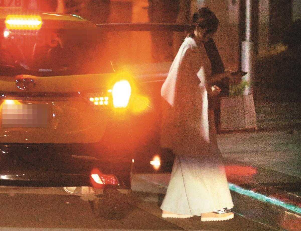 搭計程車回到王心凌香閨,她先下車到大廳等候。