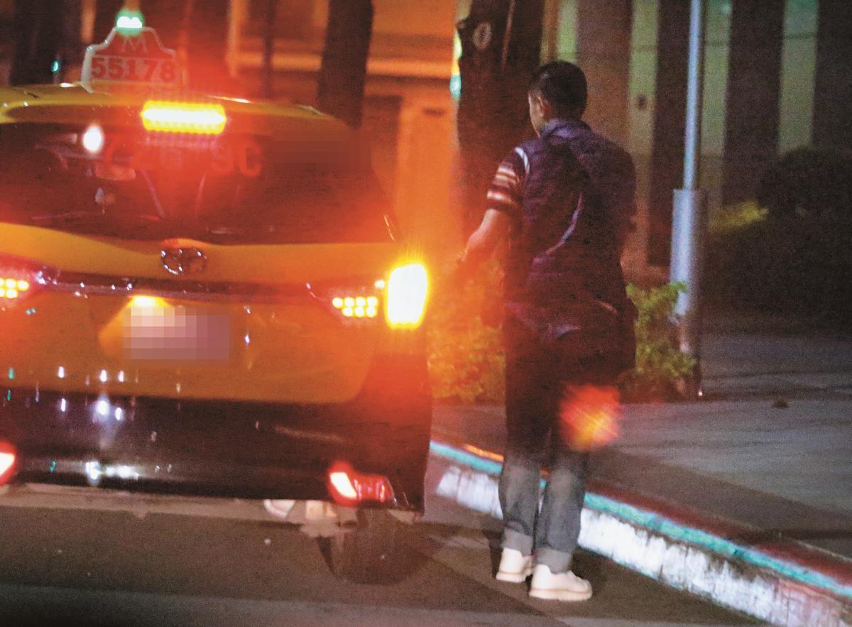送王心凌回家的Derek沒搭計程車走人,反而付了車資後,踏入王心凌的香閨。