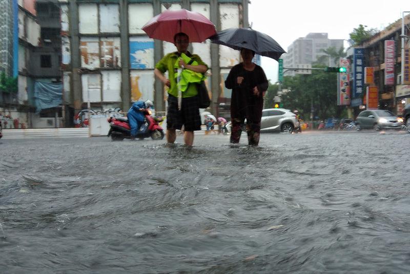 連日豪雨讓台北市、新北市處處汪洋,水利局難辭其咎。