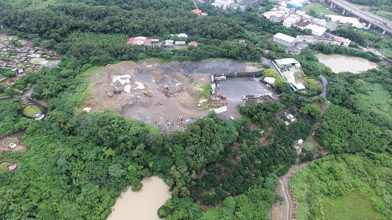 本刊以空拍機直擊八里觀音山的廢土業者在山頭闢建廢土場,嚴重影響水土保持。