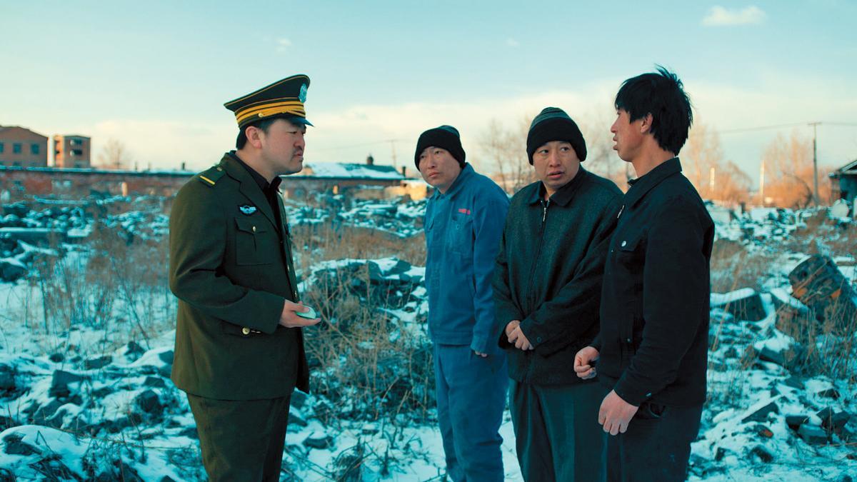 《輕鬆+愉快》以冷冽影像與黑色幽默獲日舞影展評審團大獎,導演耿軍(左二)也客串演出。(黑鰭提供)