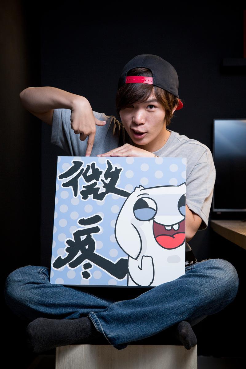 人氣漫畫家微疼用「垂耳兔」代表他的形象,將生活中的各種趣事、衰事,都呈現在漫畫中與讀者分享。