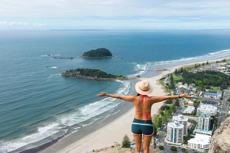 跟著紐西蘭的超級阿嬤,來到豐盛灣山頂,懸崖視野撼人,這一位張開雙手的背影是阿嬤嗎?