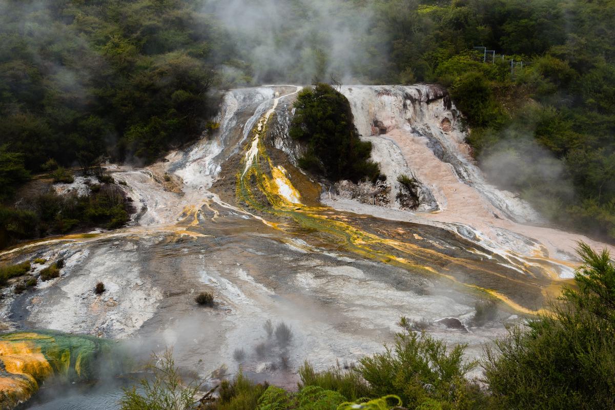 奧拉基柯拉科地熱谷的氤氳煙霧、瑰麗結晶,構成奇幻風景。