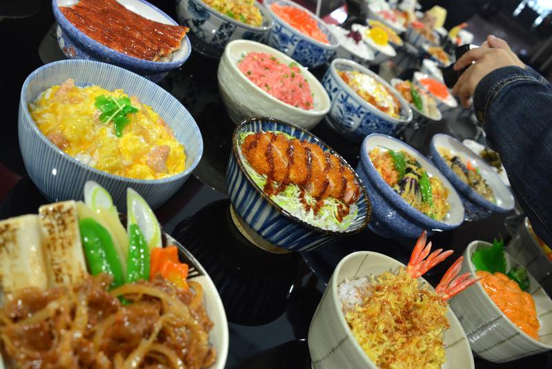 2015年,日本羽田機場,Panasonic所提供的「塑膠」製美食展覽。(東方IC)