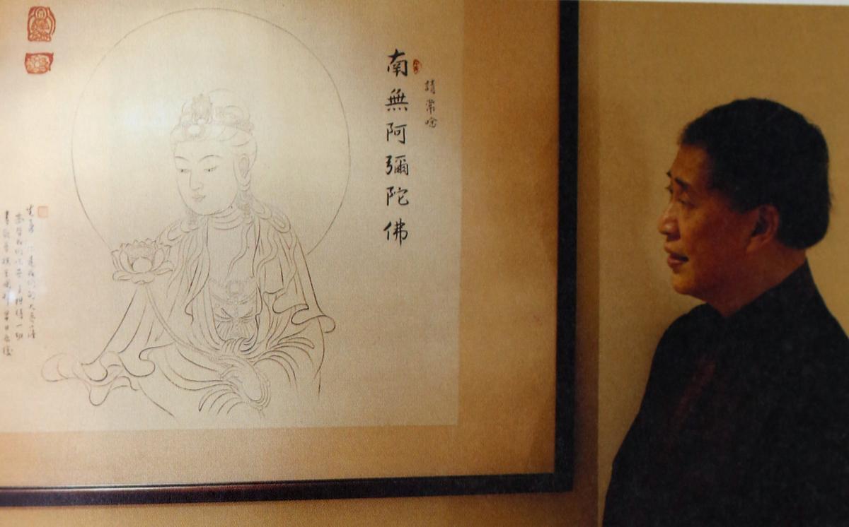 白先勇凝視好友奚淞觀音畫作,他說自己2000年大病死裡逃生,乃受了菩薩的護佑。(許培鴻攝影、時報出版社提供)