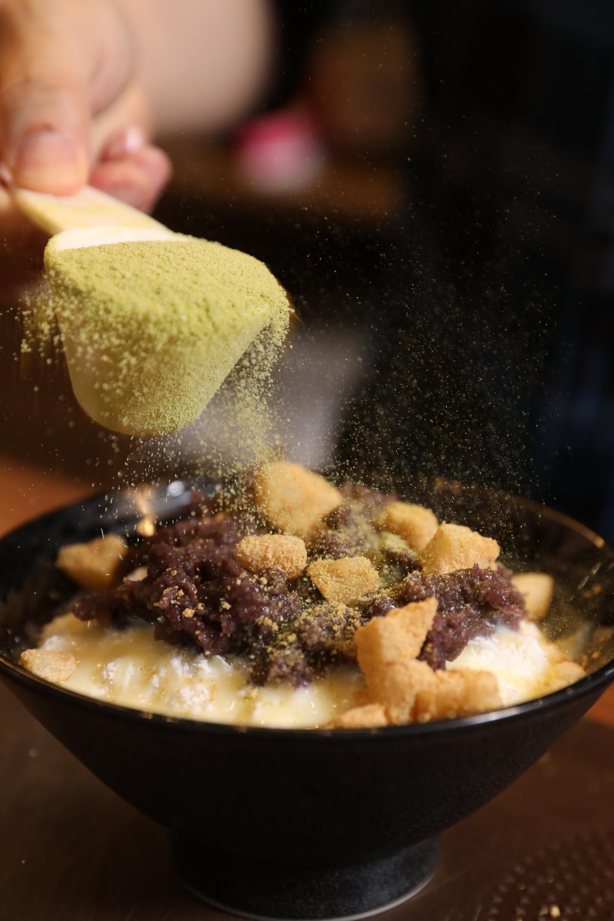 再撒上來自台灣和日本的抹茶粉,每一口都吃得到料。
