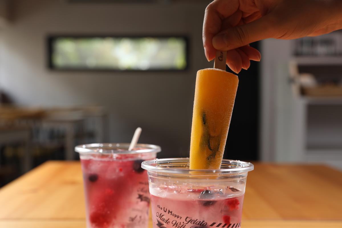 「鮮果棒一夏」用鮮果冰棒搭配氣泡飲,一飲兩吃,隨著冰棒融解,還可品嘗到飲料逐漸變化的樂趣。(80元/杯)