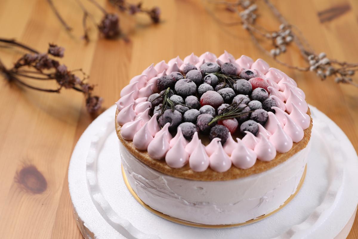 「繽紛莓果優格泡泡」是gelato製成的冰淇淋蛋糕,以塔皮為底,夾入草莓果凍,很有層次感。(1199元/6吋,需1週前預訂)