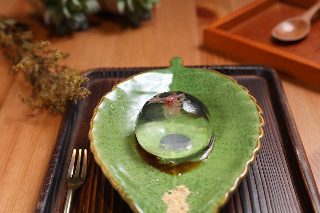 「八重櫻水信玄餅」將鹽漬櫻花漂洗去鹹氣後放入寒天凍裡,視覺浪漫。(60元/份)