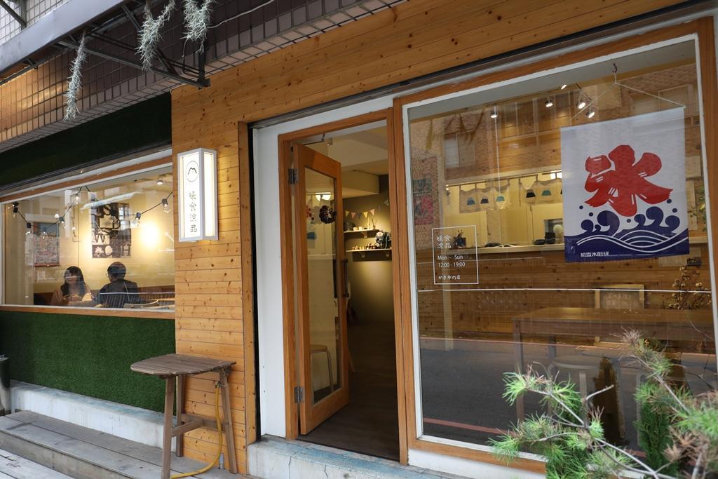 店面位於巷內,平日下午卻仍有不少客人。