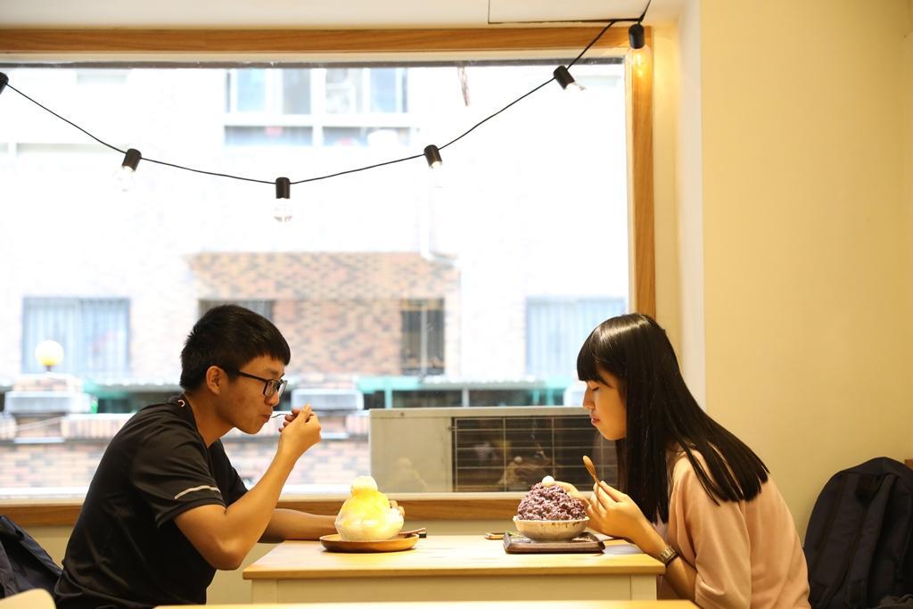 日系夢幻冰品吸引不少學生情侶來此約會。