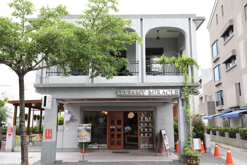 夢幻蜜拉店面是安平老屋,古樸色澤成了絢爛冰品的最佳底色。