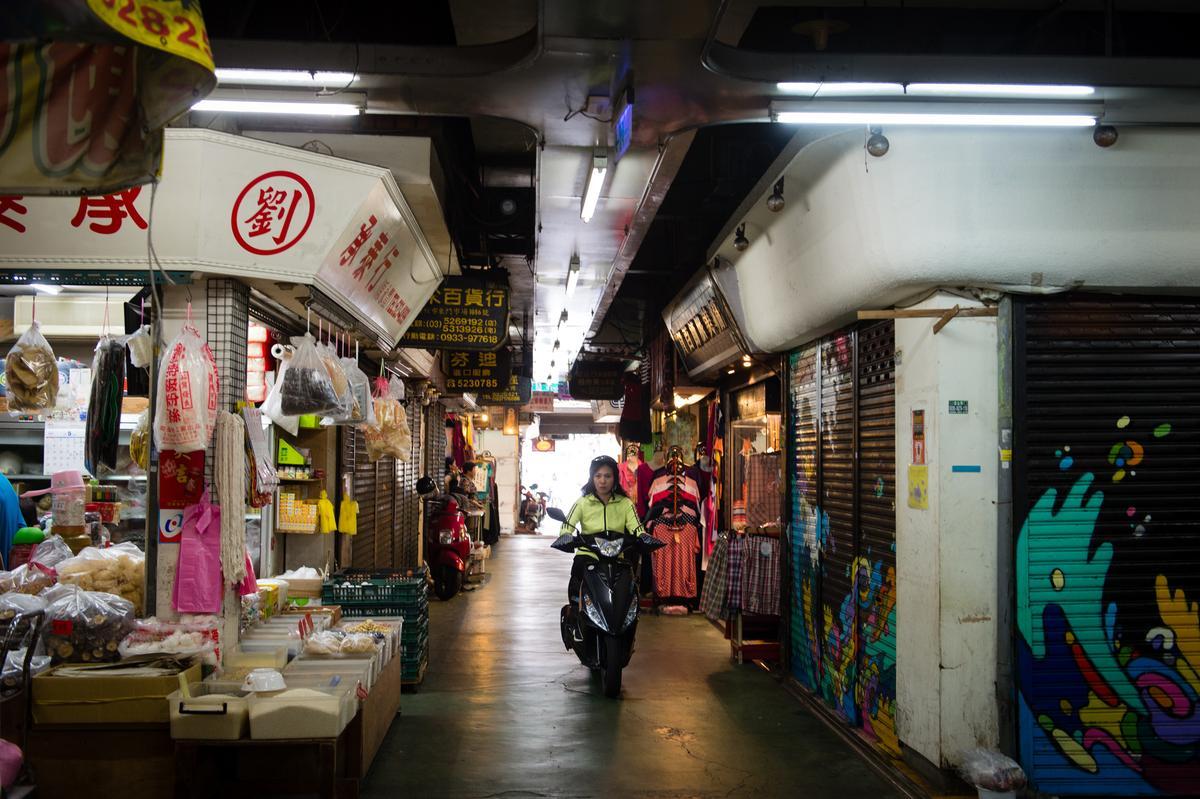 入口處幾間老攤麵店、肉舖子正在營運,後頭還有賣洋裝的數間小店。