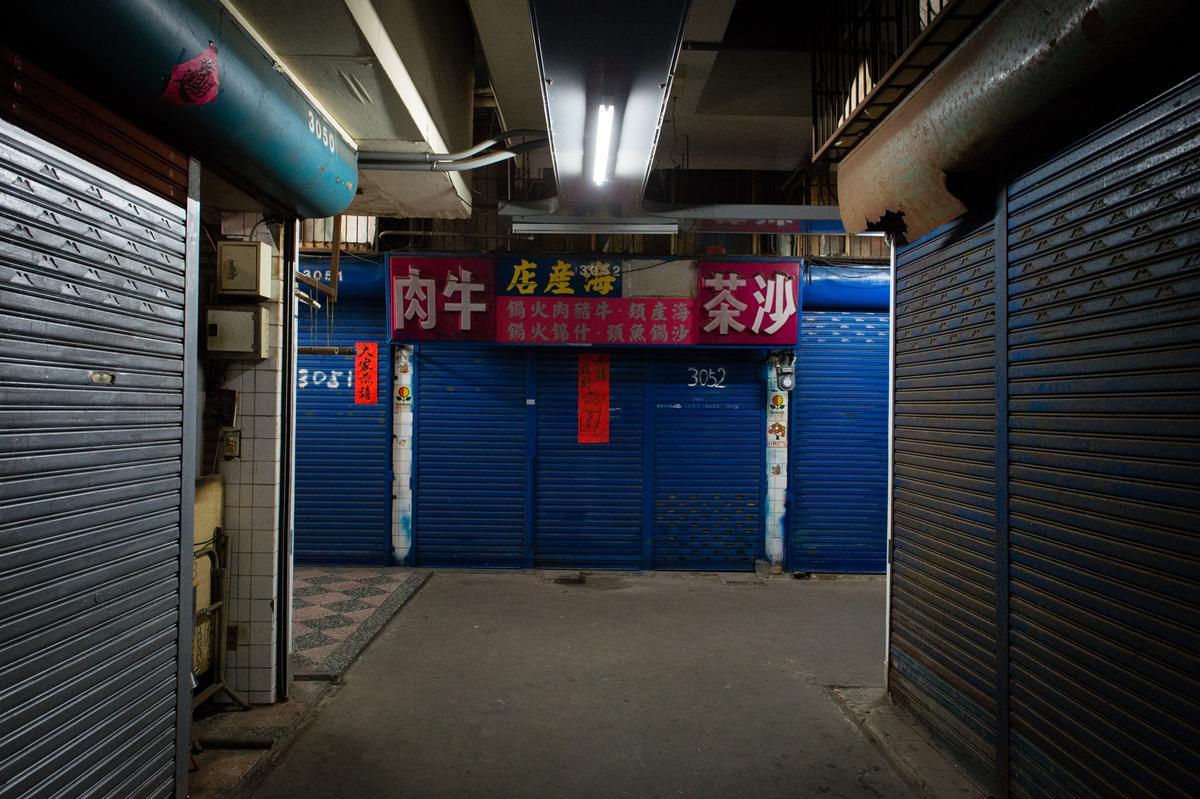 3樓有一處鐵門上掛著老式火鍋等招牌之處,就是市場裡的餐桌地點。
