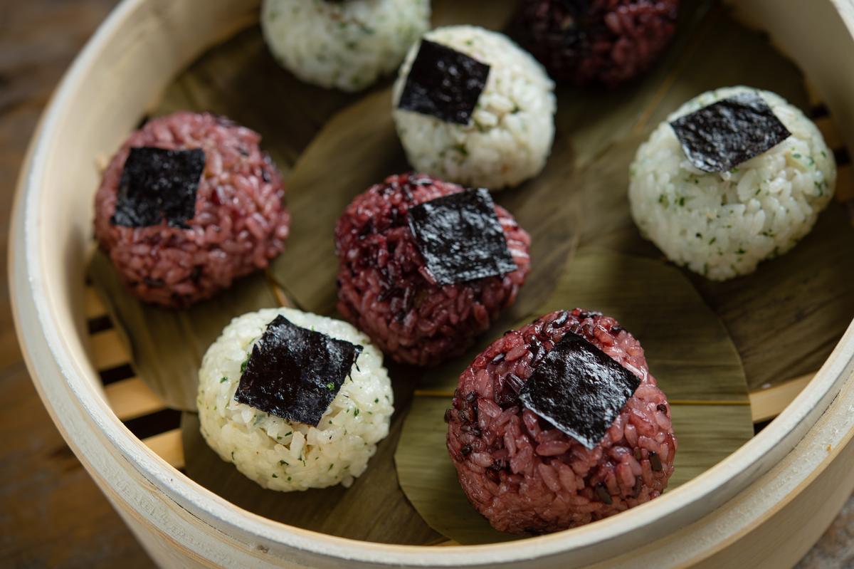 雙色飯糰有紫米白米兩種,用日式擺法但以蒸籠呈現。