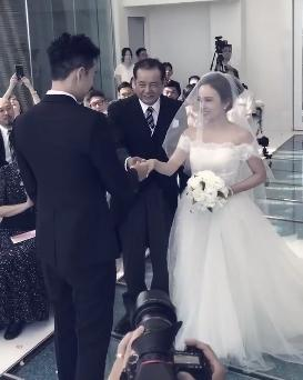 愛紗父親將女兒的手交給周洺甫,新人一臉幸福。