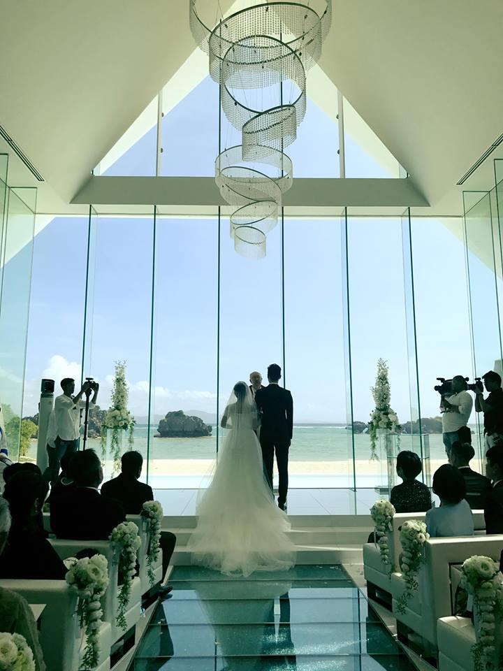 教堂引進沖繩陽光,讓婚禮更夢幻。