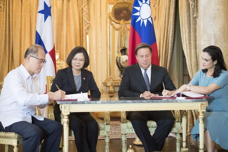 台北時間13日稍早,巴拿馬《巴拿馬星報》以頭條報導,巴國已決定與台灣切斷外交關係,即刻起與北京的中華人民共和國政府建交。圖為2016年6月總統蔡英文出訪中南美洲,與巴國總統瓦雷拉簽訂「移民事務與防制人口販運合作協定」。(總統府提供)