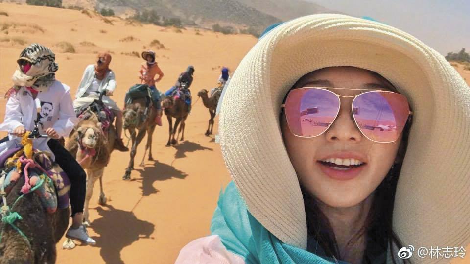 那麼熱的天氣,林志玲還能笑臉自拍,且構圖不錯,後面的駱駝都入鏡了。(翻攝自林志玲微博)