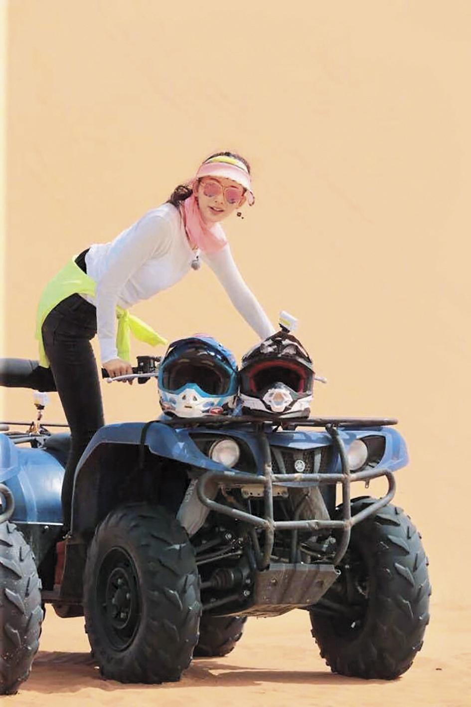 林志玲準備騎上沙漠越野車,渾身充滿力與美。(翻攝自林志玲微博)