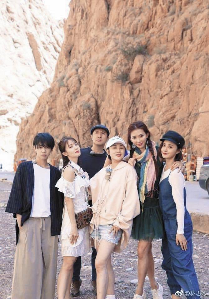 林志玲(右二)綁著辮子一臉俏麗,跟其他參與節目的中國明星在撒哈拉合照。(翻攝自林志玲微博)