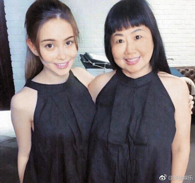 昆凌與留著妹妹頭的媽媽開心合照。(翻攝自新浪娛樂微博)