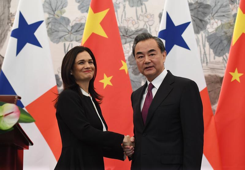 中國外交部長王毅(右)同巴拿馬副總統兼外長德聖馬洛(左)在北京舉行會談並簽署《中華人民共和國和巴拿馬共和國關於建立外交關係的聯合公報》。