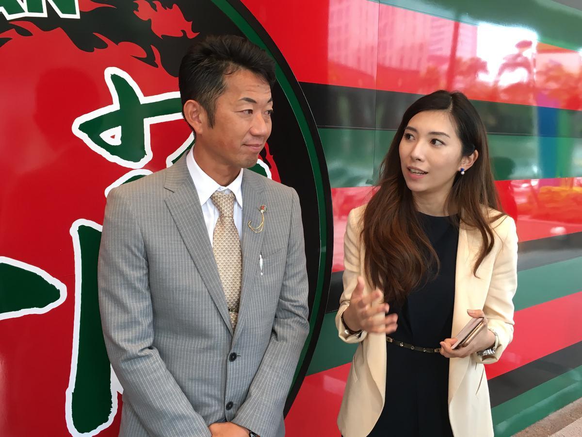 海外公關負責人花井伊織(圖左),和台灣媒體介紹拉麵店的理念。
