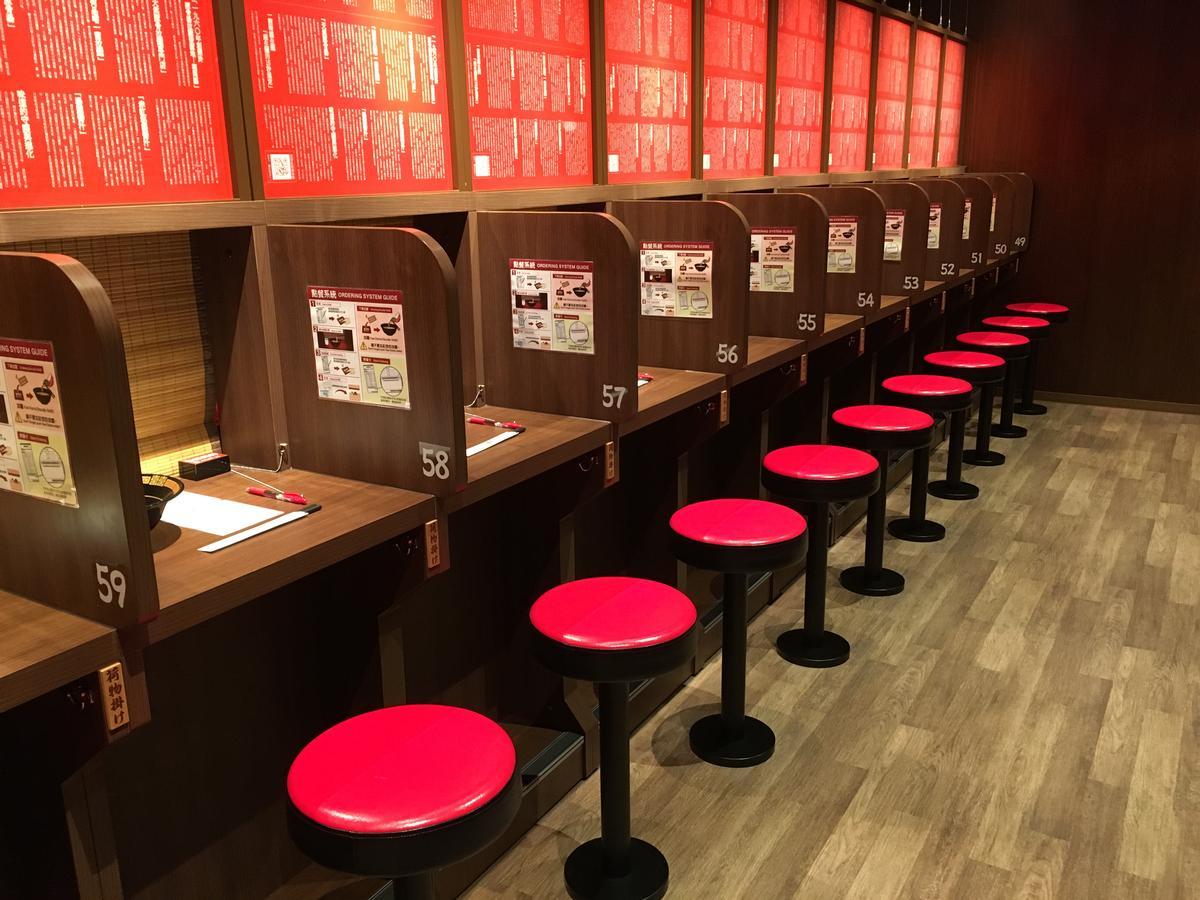 日本社長吉富學獨創的「味集中座位」,有如K書中心的座位區。