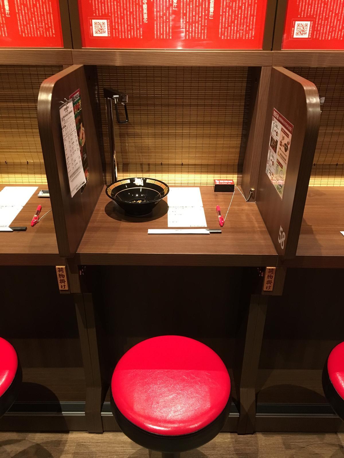 「味集中座位」的設計是希望客人專注品嘗拉麵的口感。