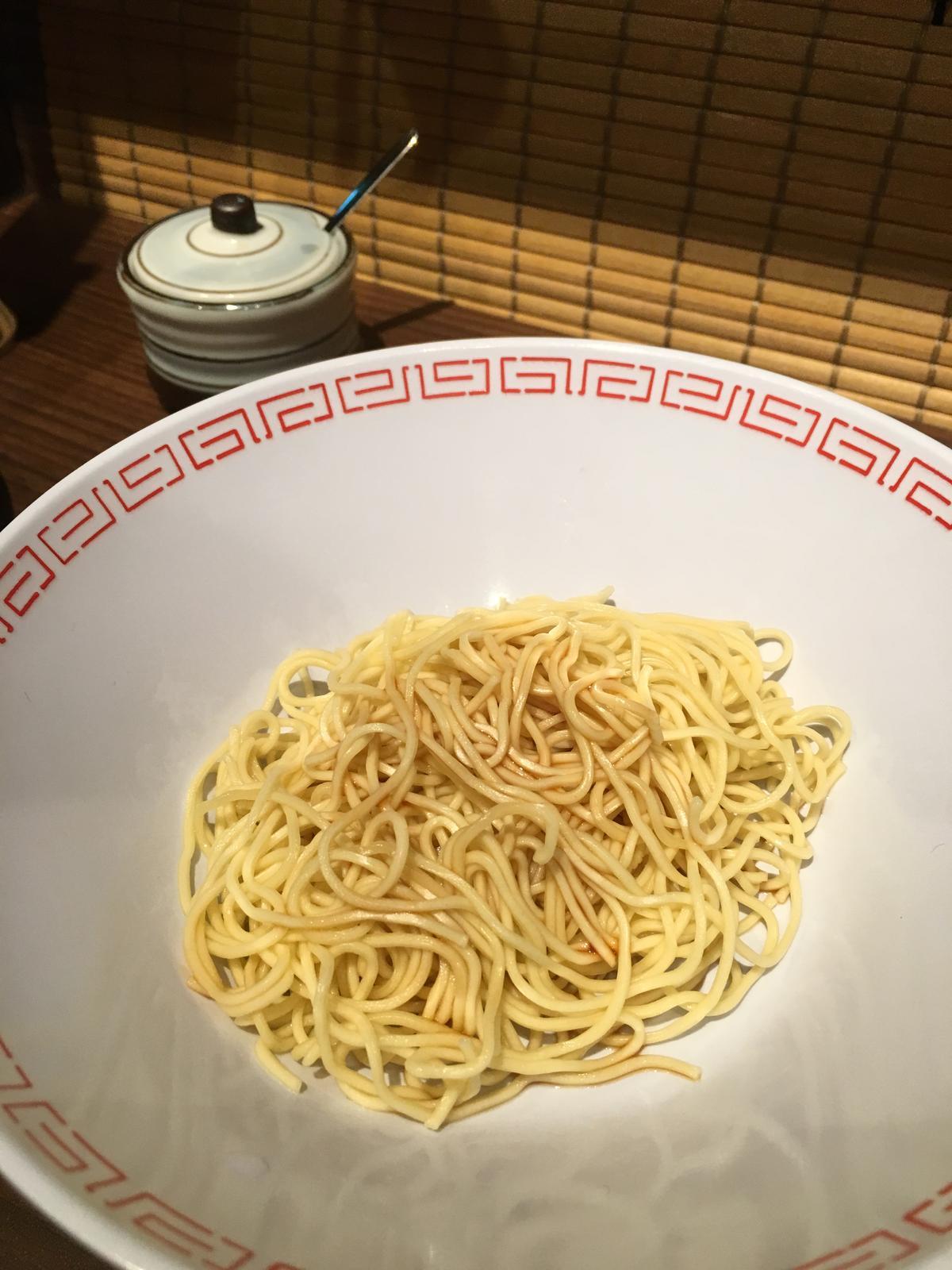 享用加麵時,可以先舀少許湯汁拌勻,品嘗原味麵條的香氣和勁度。