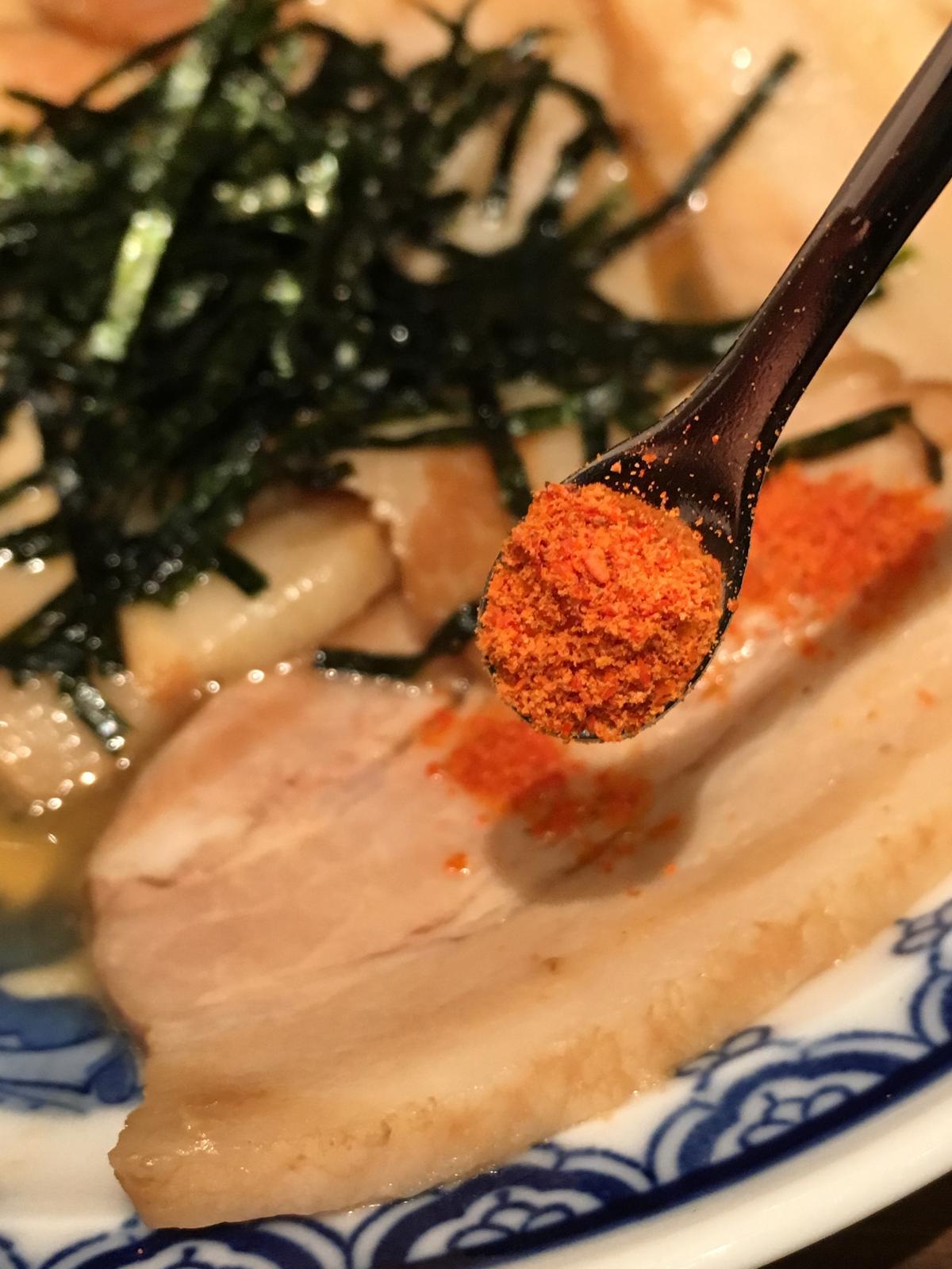 「釜醬汁豚骨叉燒肉」附上的祕製辣粉,入口沒這麼辣,但後勁十足。