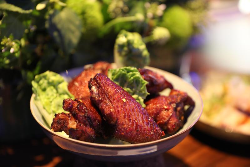 「脆皮南風雞翅」以白味噌、酸奶、白酒、檸檬汁醃製入味,搭配剝皮辣椒醬,十分下酒。(250元/份)