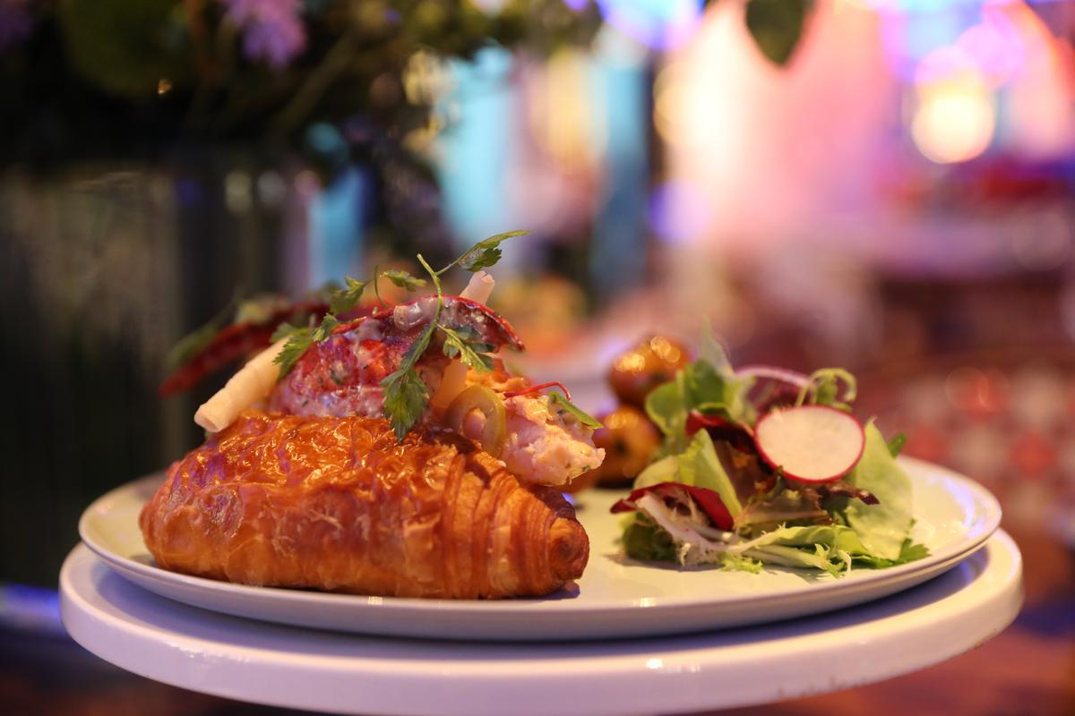 取新鮮龍蝦肉做的「波士頓龍蝦可頌」,上頭還點綴了低溫油炸的櫻花蝦與清爽的茵陳蒿。(1,180元/份)