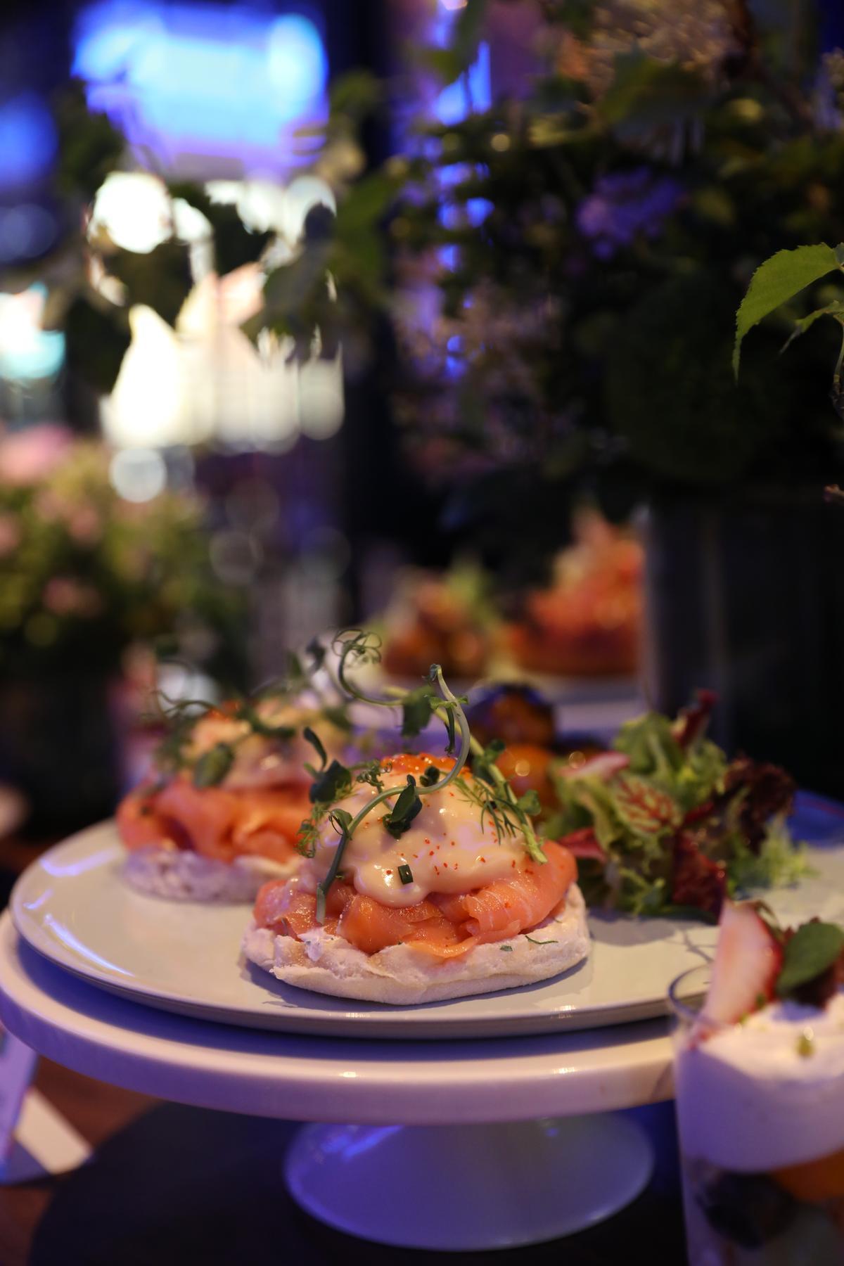 「燻鮭魚班尼迪克蛋」還配上以鴨油油封低溫烤至鬆軟的馬鈴薯,淋上香濃法式肉汁,叫人胃口大開。(560元/份)