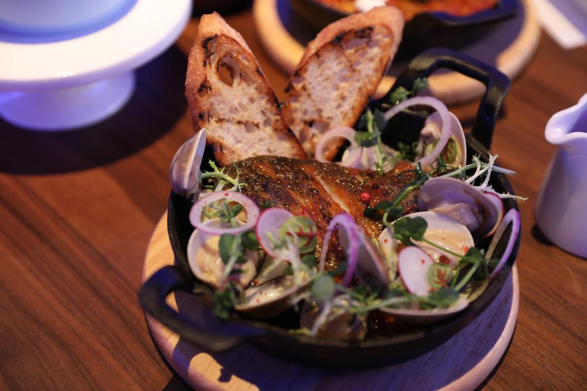 「南歐概念烤海鮮」裡頭有香煎石斑、蛤蠣,雖然取名南歐,其實是泰式黃咖哩風味。(680元/份)