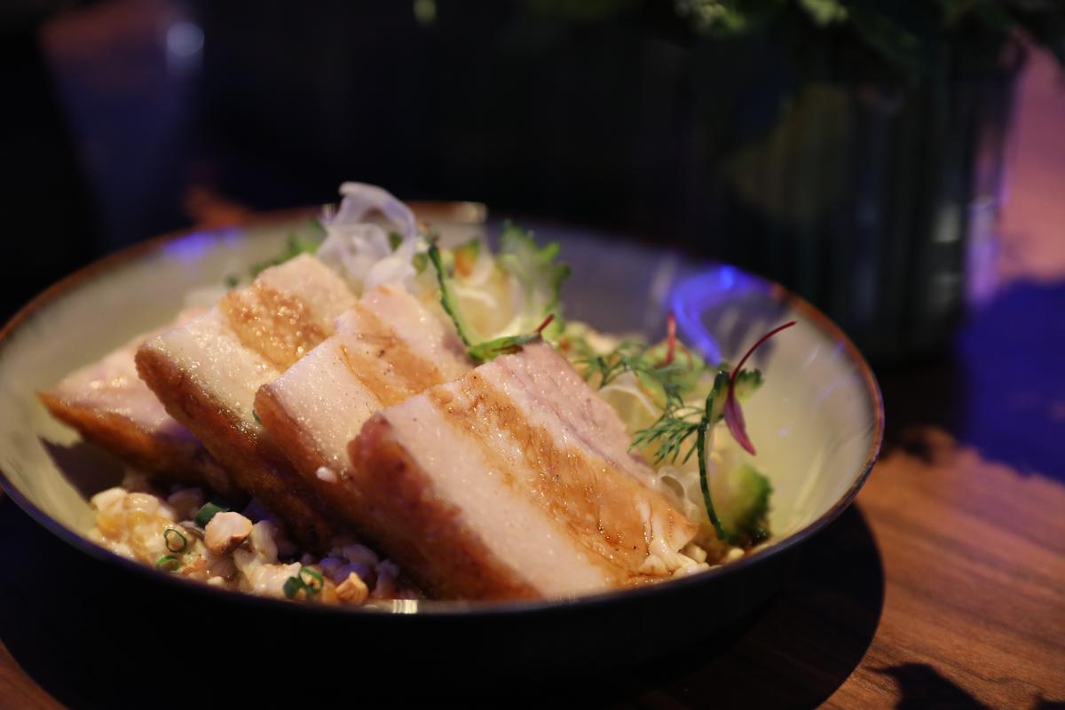 令人充滿好奇的「脆皮豬燕麥粥」,若以燉飯來想像會比較貼切,低溫烹調的帶皮黑毛豬五花帶著港式脆皮燒肉感,很誘人。(580元/份)