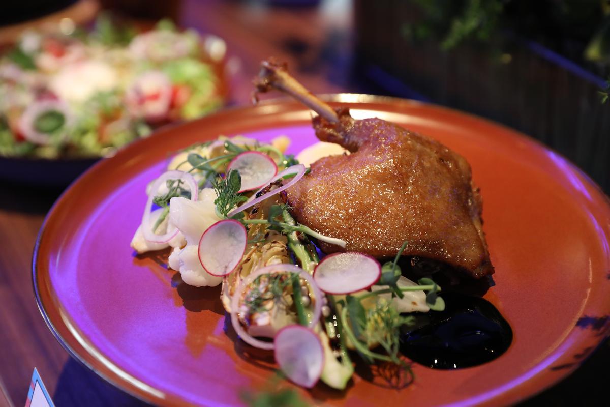 經典法菜「油封鴨腿與溏心蛋」烹調工序極繁,需以香草醃製1天,裡頭還加入花椒、馬告增添層次,確實好味。(560元/份)
